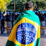 Protestar com a bandeira nacional enrolada ao corpo não protege ninguém