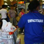 Leis Municipais que obrigam supermercados, hipermercados e congêneres a contratar ou designar empacotador: afronta à Constituição Federal