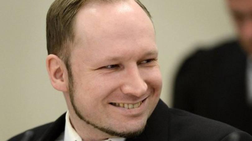 Noruegus que matou 77 pessoas aceito em universidade