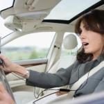 Dirigir usando fone de ouvido dá multa