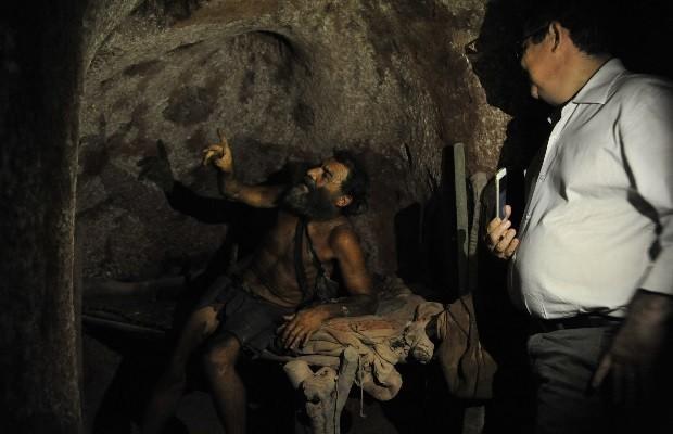 Juiz visita buraco onde homem vive h 25 anos para decidir sobre ao