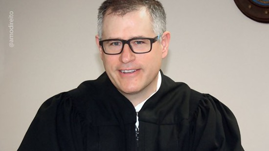 Juiz aplica multa a si prprio aps seu celular tocar durante audincia