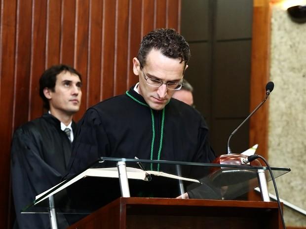 Ex-borracheiro estuda com 200 kg de resumos por 4 anos e vira juiz no DF