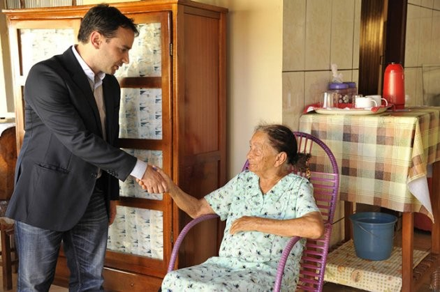 Juiz vai at a casa de idosa de 100 anos para dar a ela direito de se aposentar