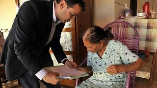 Atitude Juiz vai at a casa de idosa de 100 anos para dar a ela o direito de se aposentar